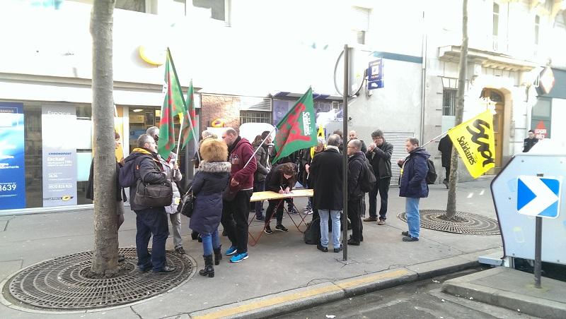 Rassemblement contre la fermeture du bureau de poste curial ème
